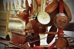 Kopervoorwerpen voor keuken en huis voor verkoop bij vlooienmarkt Stock Afbeelding