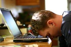 Kopf auf Laptop stockbild