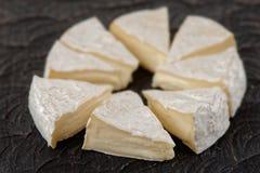 Kopf der Brie geschnitten in Stücke Lizenzfreie Stockbilder