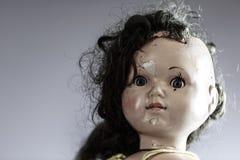 Kopf der schönen furchtsamen Puppe mögen vom Horrorfilm Stockbild