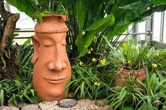 Kopf des barbarischen Topfes dekorativ im Park mit Anlagen stockbilder