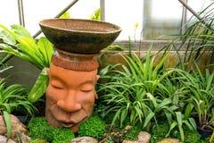 Kopf des barbarischen Topfes dekorativ im Park mit Anlagen stockfotos