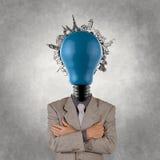 Kopf des Geschäftsmannes und der Glühlampe und auf der ganzen Welt reisen Stockbild