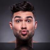 Kopf des Küssens des jungen Mannes Stockbilder