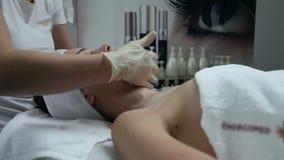 Kopf einer Nahaufnahme der jungen Frau stock video footage