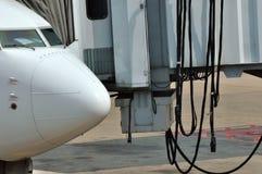 Kopf eines Flugzeuges und der Flughafenausrüstung Stockbilder