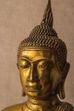 Kopf goldener Buddha-Statue von der Front Lizenzfreies Stockbild