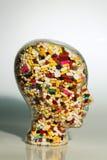 Kopf hergestellt vom Glas mit Tabletten Stockbilder