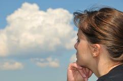Kopf im Himmel - Träumen der jungen Frau Lizenzfreie Stockfotos