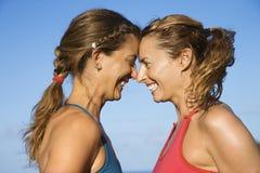 Kopf-an-Kopf- Lächeln der Frauen. Lizenzfreies Stockfoto
