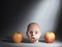 Kopf und Äpfel Stockfoto