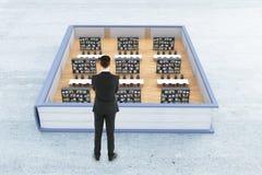 Kopf voll der Bücher getrennt auf weißem Hintergrund Lizenzfreie Stockfotos