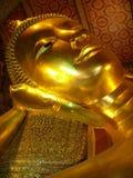 Kopf von einem enormen goldenen Buddha lizenzfreie stockfotografie