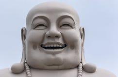 Kopf von enormem weißem Buddha lokalisiert vom Dekor. Lizenzfreie Stockfotografie