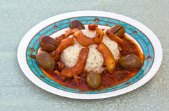 Kopffüßer mit Reis und Oliven Stockbilder