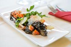 Kopffüßersalat mit grünem Gemüse stockfoto