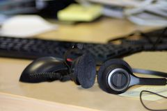 Kopfhörer auf Büroschreibtisch lizenzfreie stockfotografie