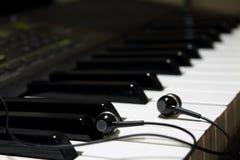 Kopfhörer auf dem synth lizenzfreie stockbilder