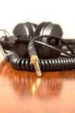 Kopfhörer auf der braunen Tabelle Stockfoto
