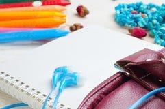 Kopfhörer auf der Seite des Notizbuches und der Bleistifte Lizenzfreie Stockbilder