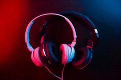 Kopfhörer auf dunklem Hintergrund stockfotos