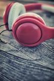 Kopfhörer auf einem Holztisch Stockfotografie