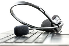 Kopfhörer auf einer Laptop-Computer Stockfoto