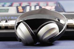 Kopfhörer auf elektronischem Klavier Lizenzfreies Stockfoto