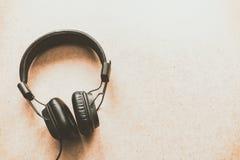 Kopfhörer auf hölzernem Schreibtisch im Musikstudio Stockfotos