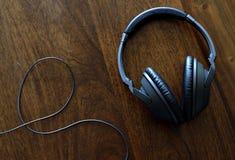 Kopfhörer auf Schreibtisch Stockbild