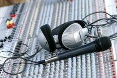 Kopfhörer auf stichhaltigem Mischer Lizenzfreie Stockfotos