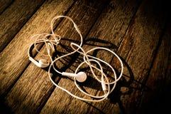 Kopfhörer auf Tabelle Stockbild