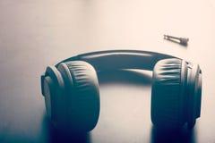 Kopfhörer auf Tabelle lizenzfreies stockfoto