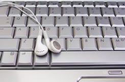 Kopfhörer auf Tastatur Stockfoto
