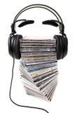 Kopfhörer auf Vorderansicht des cd Haufens Lizenzfreie Stockfotografie