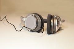 Kopfhörer auf weißem Hintergrund Stockfotos