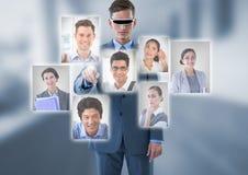 Kopfhörer der Geschäftsmann-tragender virtuellen Realität, der eine Person von der Gruppe von Personen I aufeinander einwirkt und Stockfoto