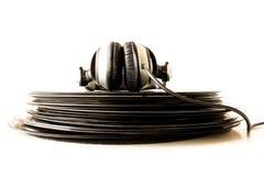 Kopfhörer, die auf dem Stapel von Vinylaufzeichnungen liegen Stockfoto
