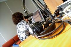 Kopfhörer im Nachrichtenraum Stockbilder