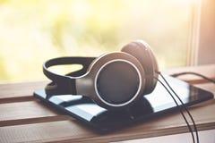 Kopfhörer mit digitalem Tablet-Computer stockfoto