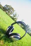 Kopfhörer mit Gras und Himmel Stockbilder