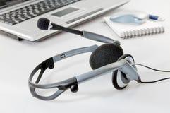 Kopfhörer mit Laptop lizenzfreies stockbild