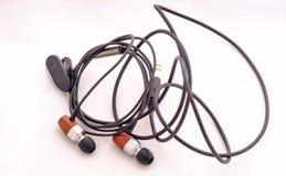 Kopfhörer mit schwarzer Linie auf einem Hintergrund Lizenzfreies Stockfoto