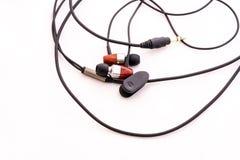 Kopfhörer mit schwarzer Linie auf einem Hintergrund Stockfotografie