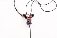 Kopfhörer mit schwarzer Linie auf einem Hintergrund Stockfoto
