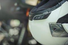 Kopfhörer mit Sturzhelm stockbild