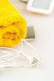 Kopfhörer, MP3-Player und orange Tuchsymbole des modernen Lebens Stockbild