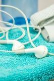 Kopfhörer, MP3-Player und turquise Tuchsymbole des modernen Lebens Stockbild