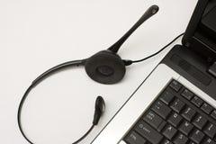 Kopfhörer nahe bei Laptop Lizenzfreies Stockfoto