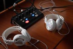 Kopfhörer und Audiomischerausrüstung für simultane Übersetzung Übersetzerarbeitsplatz mit fachkundiger Audioaufnahme und tran stockfotografie